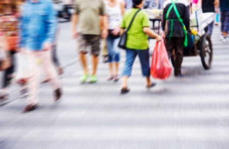 paso peatonal: Gente abstracta est�n cruzando la carretera en el cruce de peatones. Fondo borroso. Foto de archivo