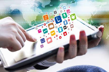 デジタル タブレットを使用してオンライン ショッピングしている若い女性