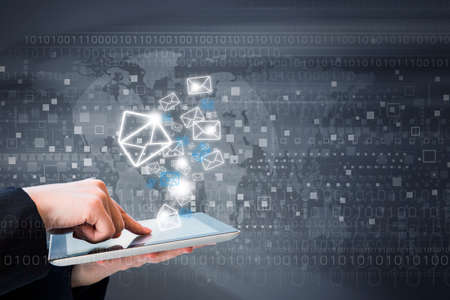 komunikace: Obchodní žena jsou posílání e-mailový marketing pomocí digitálního tablet