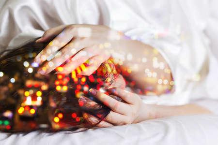 cama: Doble exposici�n de las mujeres dolor de cabeza y atasco de tr�fico Foto de archivo