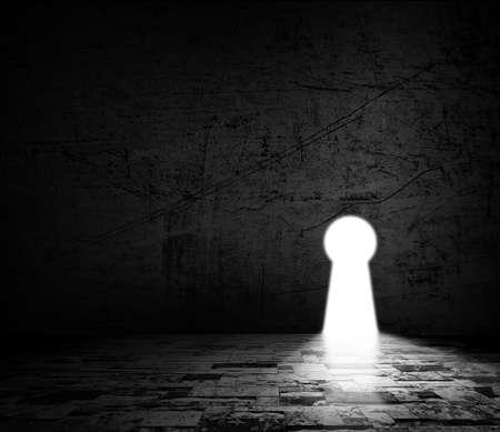 Oplossing concepten van grunge muur in een donkere kamer met licht buiten de deur sleutelgat