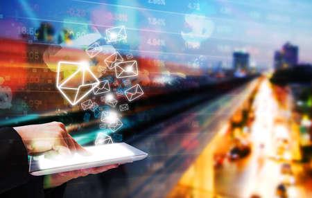 el envío de e-mail marketing mujer de negocios