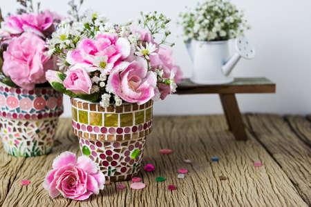 モザイク植木鉢にピンクのカーネーション