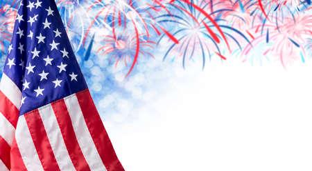 4 7 月の独立記念日および他の祭典の花火やコピー スペースとアメリカの旗、ボケ背景