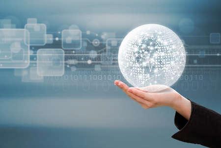 技術背景にグローバル ネットワーク設計を持つビジネスの女性の手のビジネス ・ コンセプト