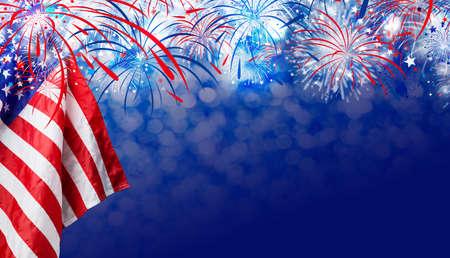 Bandiera USA con sfondo fuochi d'artificio per il giorno di indipendenza di 4 luglio Archivio Fotografico - 80944089