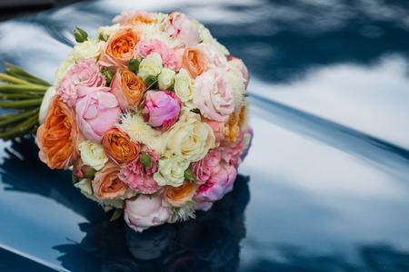 Bruiloft mooi bruidsboeket van natuurlijke bloemen, close-up met onscherpe achtergrond Stockfoto
