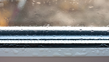 Background photo of increased condensation on the glass, water droplets on the windows, horizontal view, high quality and detail 版權商用圖片