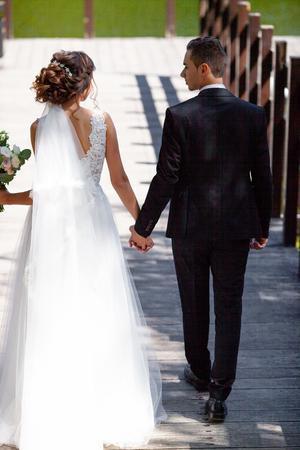 La hermosa boda de una pareja increíble. La novia bonita y el novio elegante