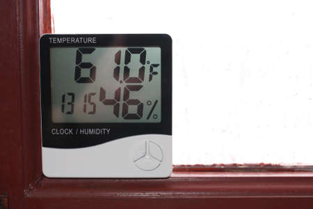 Humidity indicator is indicated on the hygrometer of the device. An image of electronic device to check temperature and humidity in closed area Standard-Bild