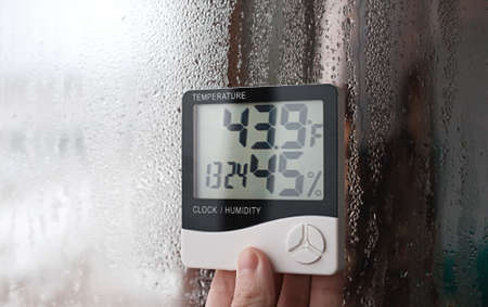 Humidity indicator is indicated on the hygrometer of the device. An image of electronic device to check temperature and humidity in closed area 版權商用圖片