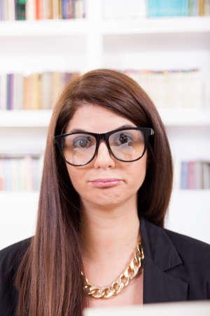maldestro: carino e maldestro disadattato femminile con gli occhiali
