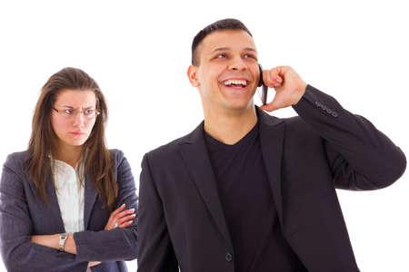 La mujer celosa furiosa sospechar sobre la infidelidad, mientras que su hombre está hablando por el teléfono