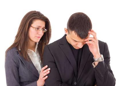 hombre preocupado: el apoyo a la mujer consoladora y hombre preocupado triste consuelo Foto de archivo