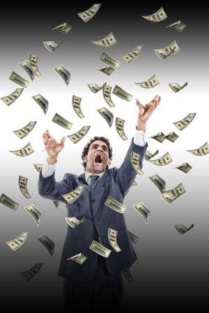 uomo sotto la pioggia: uomo d'affari in calo banconote di denaro urlando raggiungere per esso, dollaro pioggia, ha sottolineato l'uomo afferra soldi che cade