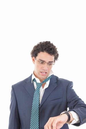punctual: Retrato de un hombre de negocios expresiva tarde al trabajo o las horas extras, mirando su reloj en el fondo blanco aislado