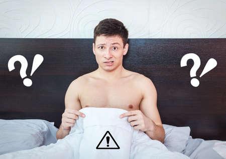 sex: Hombre joven que piensa en problemas de impotencia y se pregunta sobre problemas de pr�stata, Rechazado hombre sensaci�n de verg�enza de su fracaso erecci�n Foto de archivo