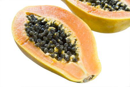おいしいパパイヤの果実が白い背景で隔離の半減