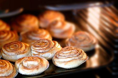 ホット オーブンで焼くおいしいシナモン ロールします。