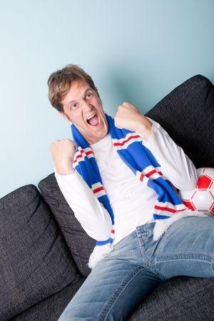 狂気の若い男が彼のサッカー チームをサポート 写真素材
