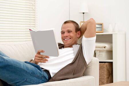 若いハンサムな男の本を読んで