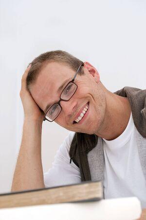 眼鏡をかけて笑顔若い男性学生
