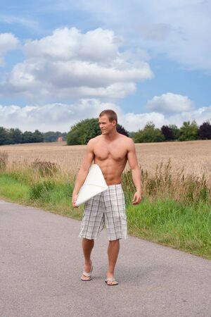 ビーチへの道にショート パンツを市松模様のサーファー 写真素材