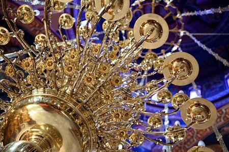 巨大な美しい真鍮 chandeler ギリシャ教会で掛かります。 写真素材