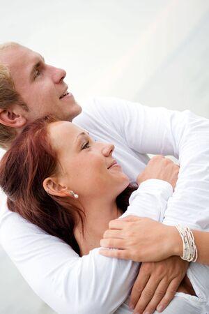 愛するカップルお互いを保持します。ビーチの設定