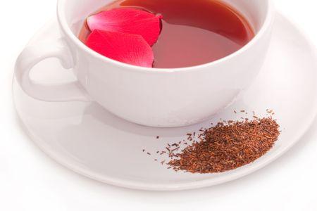 白いカップで赤いルイボス茶