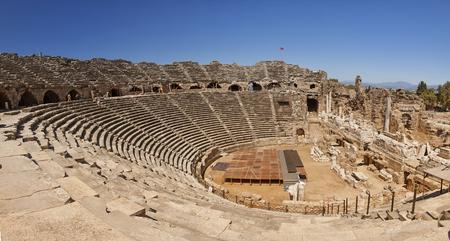 地域ではアンタルヤ、トルコ Side、古代からの壮大な円形闘技場 写真素材