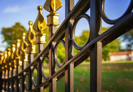 Imagen de una valla de hierro fundido decorativo. Foto de archivo