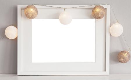 Afbeelding van een mockup scène met witte landschap frame met snuisterijen.