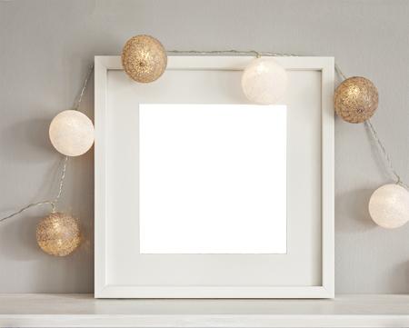 Afbeelding van een mockup scène met witte frame en licht snuisterijen.