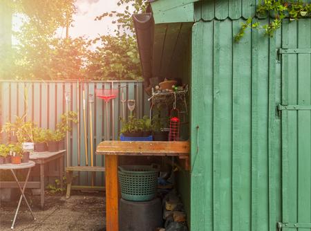 Afbeelding van oppottafel en tuinhuis.