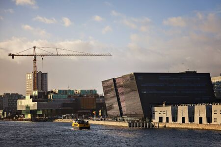 diamante negro: COPENHAGEN, DENMARK - DECEMBER 24, 2016. The Black Diamond and other modern architecture by the river front.
