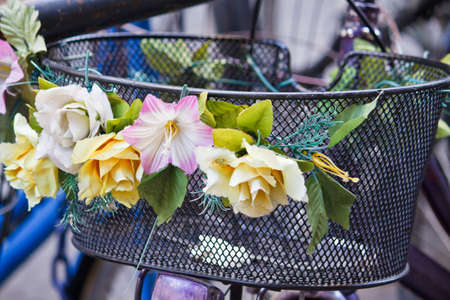 decorated bike: Bicicletta con un cesto decorate con fiori