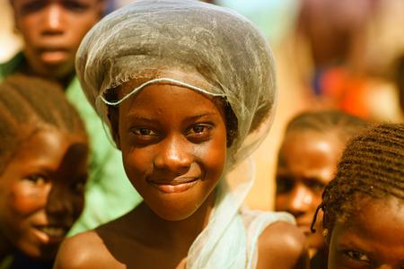 the national flag of kenya: africanos niña, sonriendo Editorial