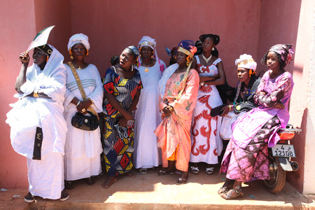 Beautifully dressed African women in the streets, in Mali Éditoriale