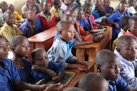 the national flag of kenya: clase de la escuela llena de niños, África Editorial