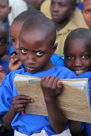 pobre: Niña en la escuela, en África