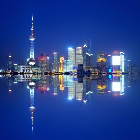 perlas: China Shanghai horizonte de la noche Editorial
