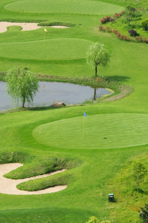 高爾夫球場和湖泊 版權商用圖片