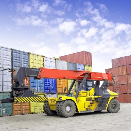 laden: Container und Stapler