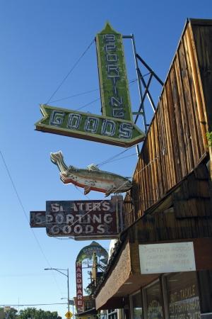 lone pine: Se�alizaci�n Antiguo, Art�culos Deportivos Sign, Rustic Sign, Lone Pine, California Editorial