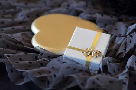 sfondo romantico: Sfondo romantico con un regalo e un cuore d'oro