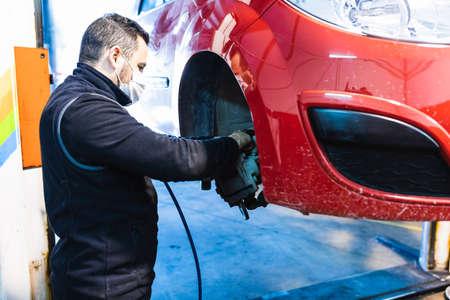 Mechanic changing brake pads on the car. Concept of car repair. Foto de archivo
