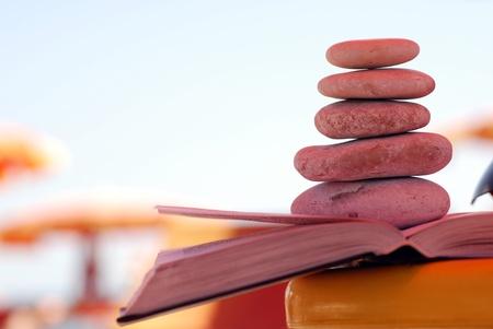 Летний вид на пляж с галькой укладывают на книги и копия пространства.