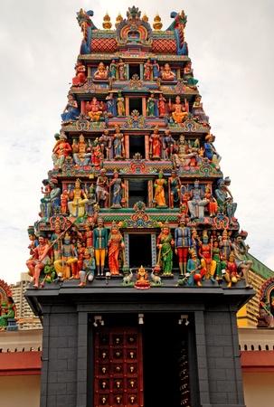 Разноцветные статуи индуизм на крыше Sri Mariamman индуистский храм, Сингапур Фото со стока