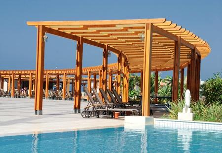 Летний пейзаж с бассейном и беседкой древесины
